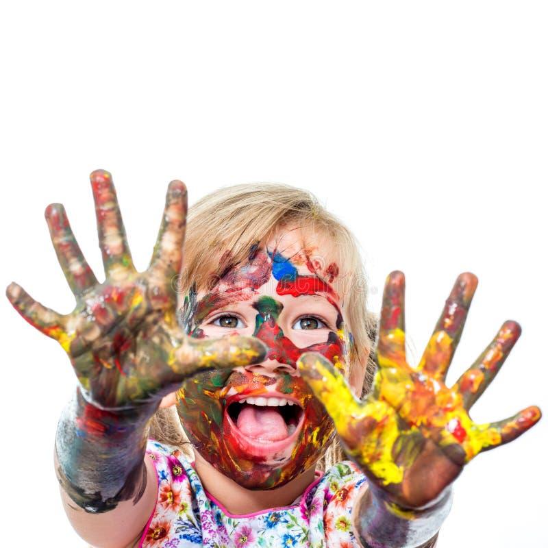 Menina com a gritaria pintada das mãos imagem de stock royalty free