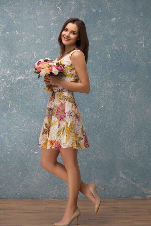 Menina com grupo de flores fotos de stock