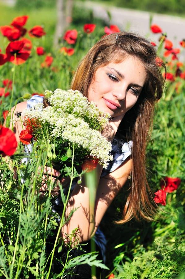 Menina com grupo de flores selvagens imagens de stock