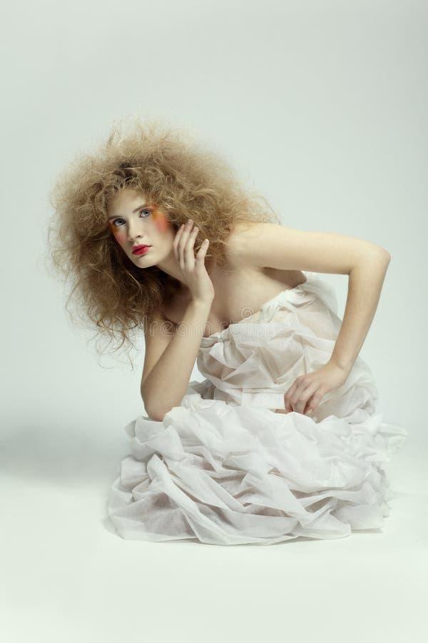 Menina com hair-do de choque imagens de stock