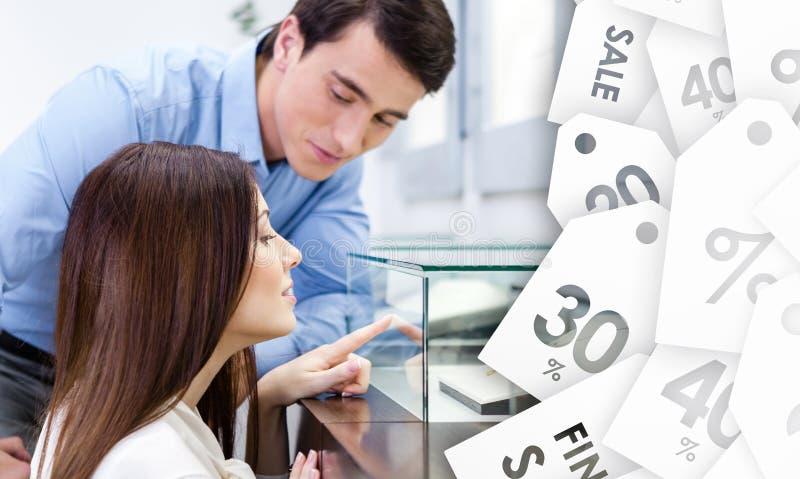 A menina com homem escolhe o anel caro fotos de stock