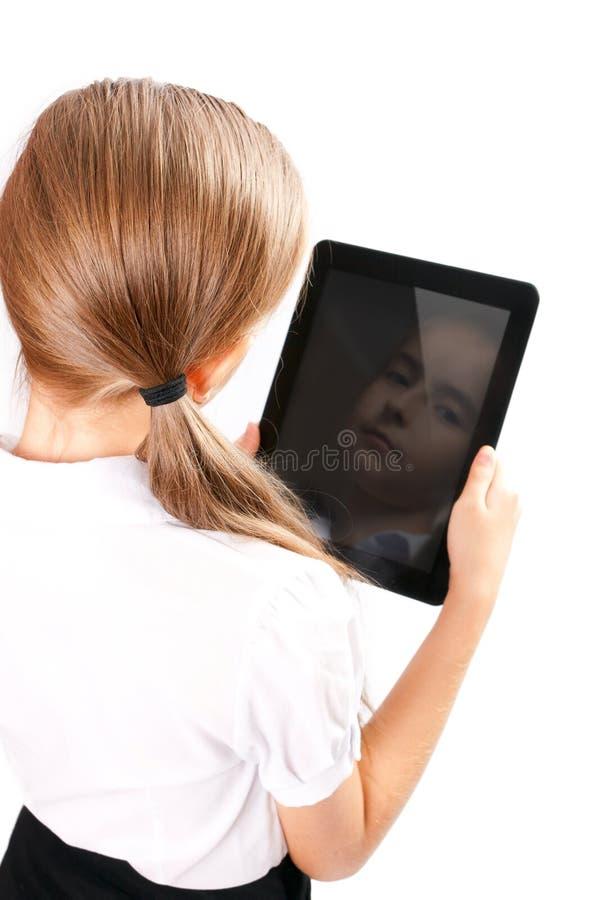 A menina com ipad gosta do dispositivo imagens de stock royalty free