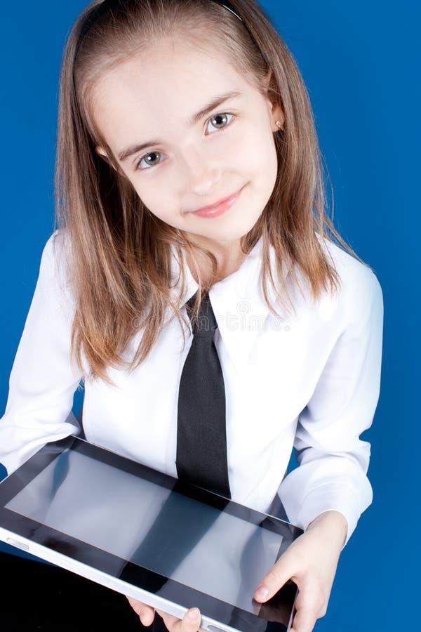 A menina com ipad gosta do dispositivo fotografia de stock royalty free