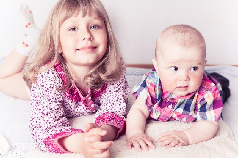 Menina com irmão do bebê imagens de stock royalty free
