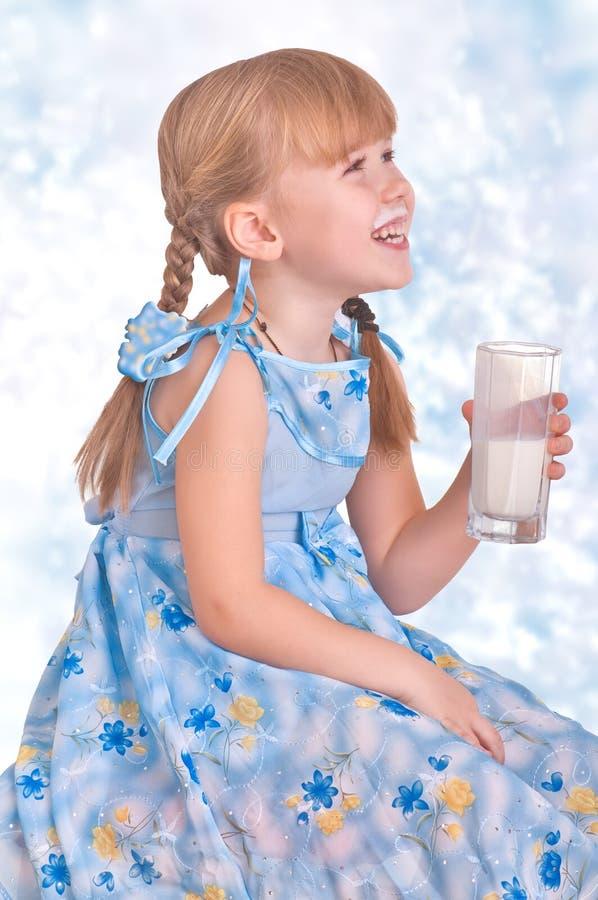 Menina com leite fotos de stock