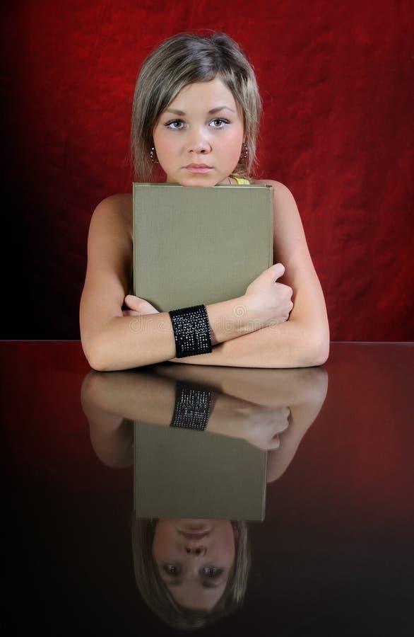 A menina com livro. fotografia de stock