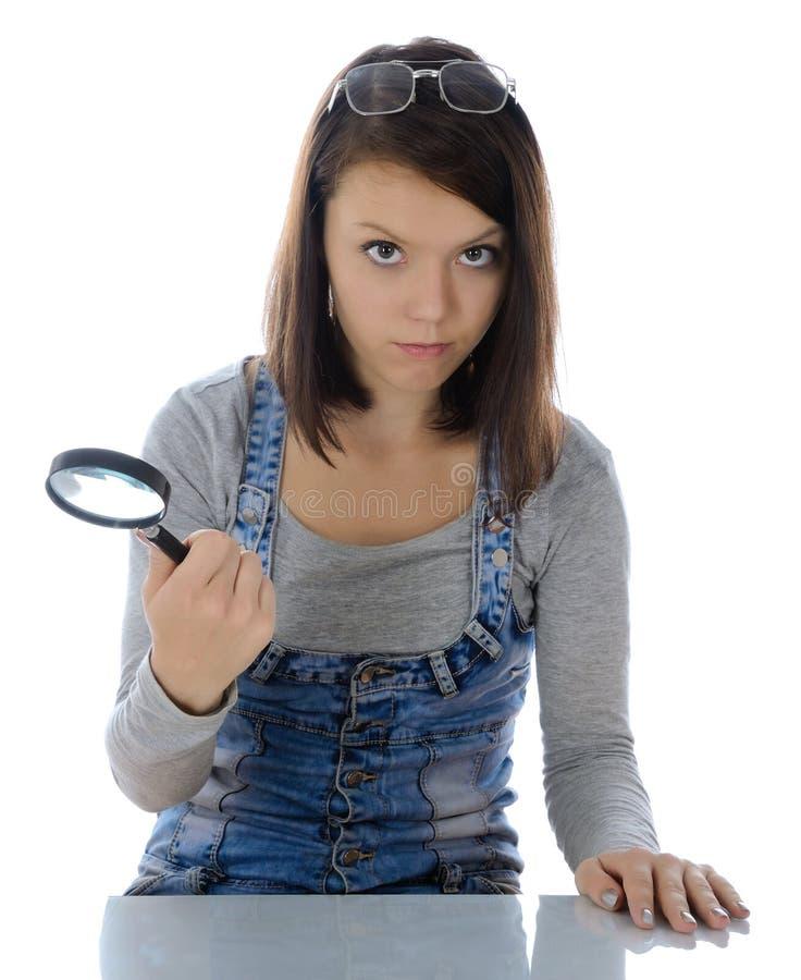 Menina com lupa. foto de stock