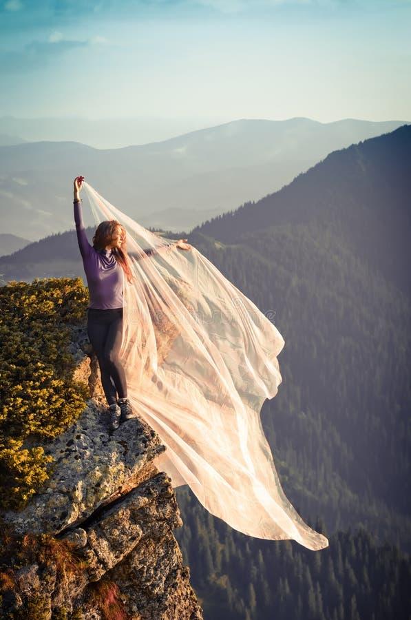 Menina com a luz - tela cor-de-rosa que joga com vento em montanhas fotos de stock