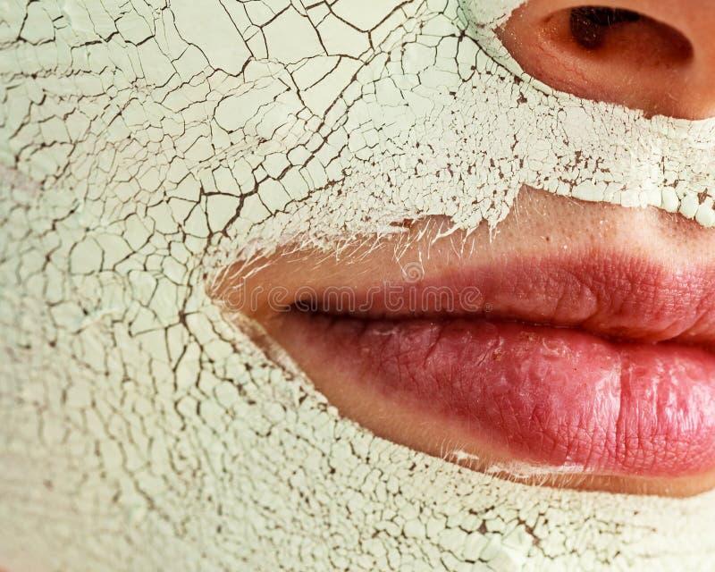 Menina com máscara da lama na cara foto de stock