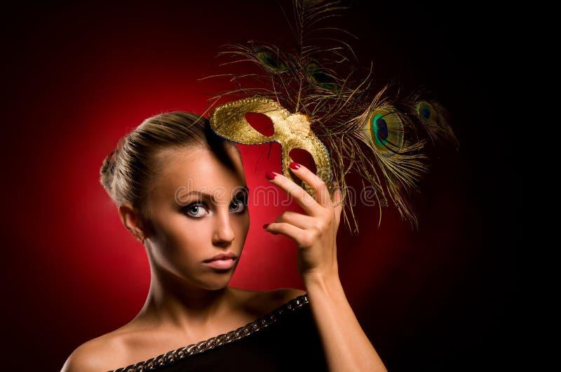 Menina com máscara do carnaval à disposicão foto de stock royalty free