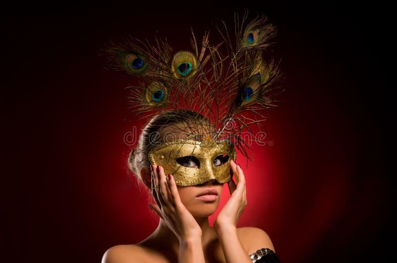 Menina com máscara do carnaval à disposicão fotografia de stock