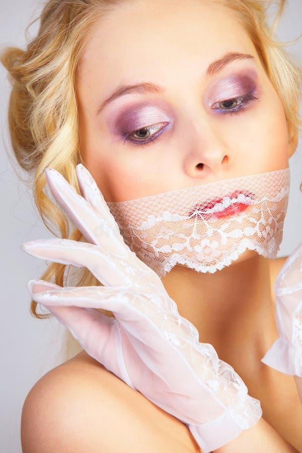 Menina com máscara do laço na boca fotos de stock royalty free