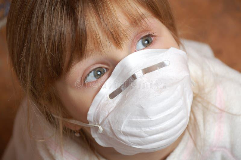 Menina com máscara protetora imagem de stock