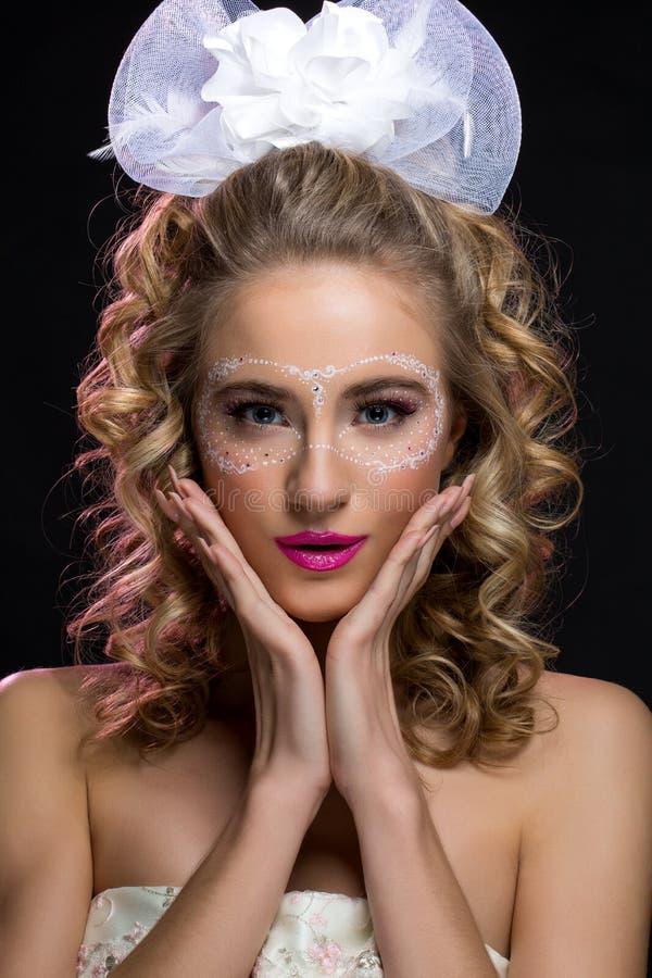 Menina com a máscara tirada na cara imagens de stock