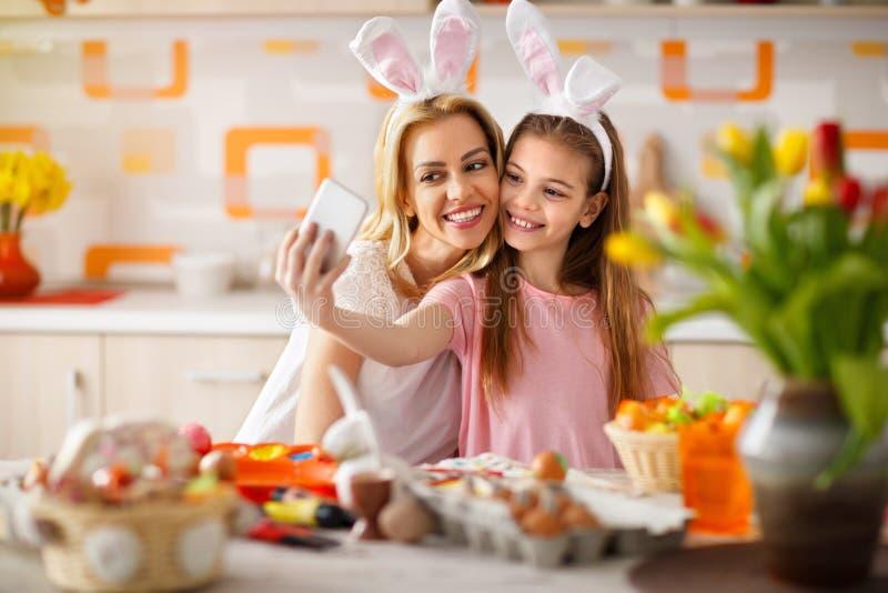 Menina com a mãe que toma o selfie com telefone celular fotografia de stock royalty free