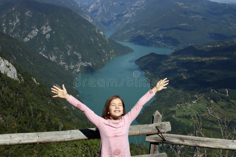 Menina com mãos acima na Sérvia fantástica de uma montanha de Banjska Stena Tara do ponto de vista fotos de stock