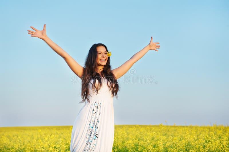 Menina com mãos acima no campo do verão fotos de stock royalty free