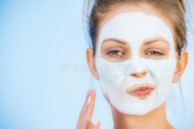 Menina com m?scara branca seca da lama na cara foto de stock royalty free