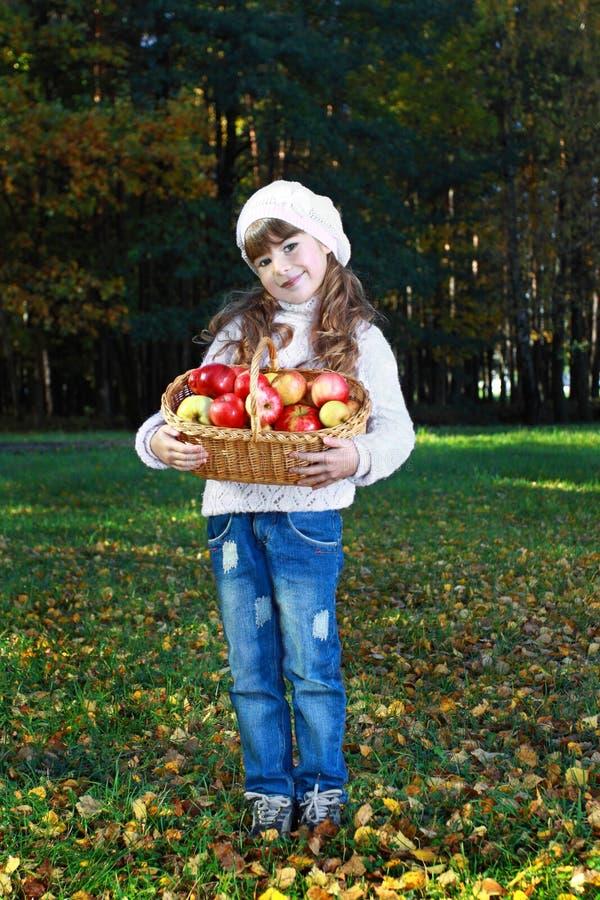 Menina com maçãs foto de stock