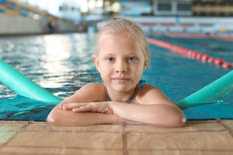 Menina com macarronete da natação fotos de stock