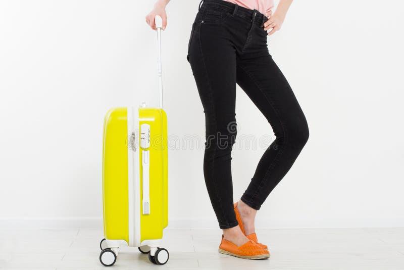 Menina com a mala de viagem amarela no fundo branco Férias de verão r Zombaria acima Copie o espaço molde Blan fotografia de stock