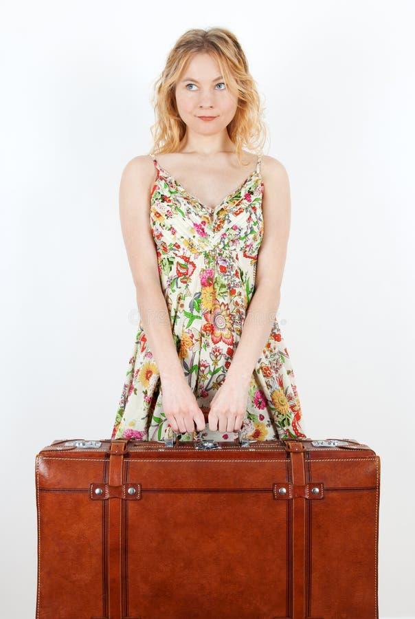 Menina com mala de viagem do vintage que antecipa o curso imagens de stock royalty free