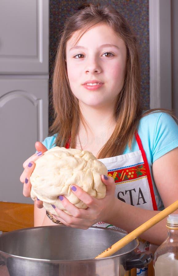 Menina com massa de pão fotos de stock royalty free
