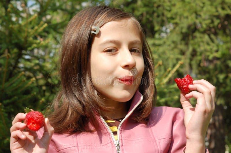Menina com morangos fotos de stock