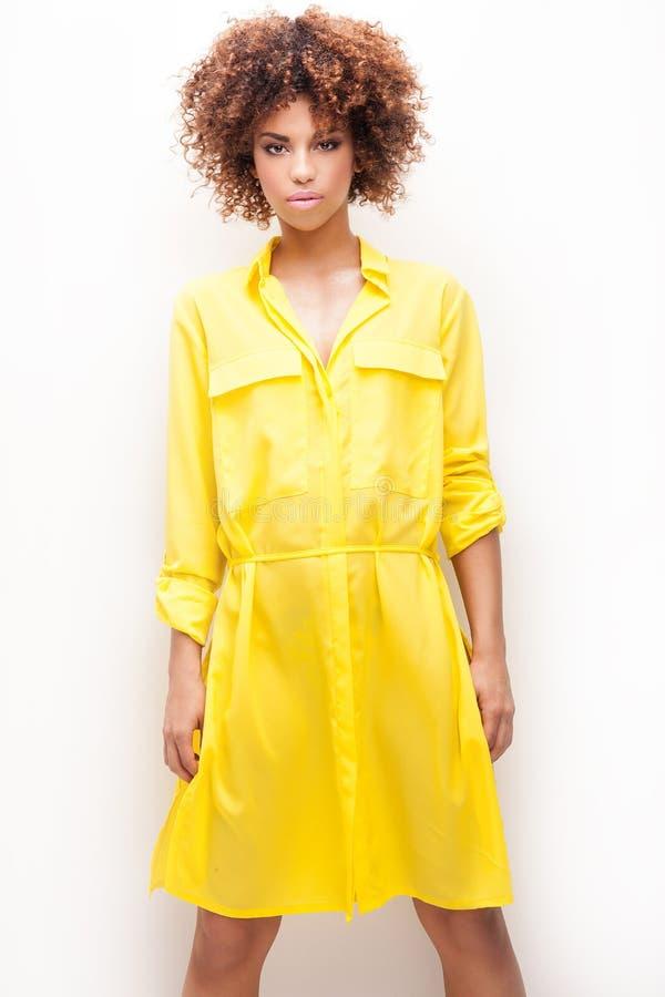 Menina com o afro no vestido amarelo fotos de stock royalty free