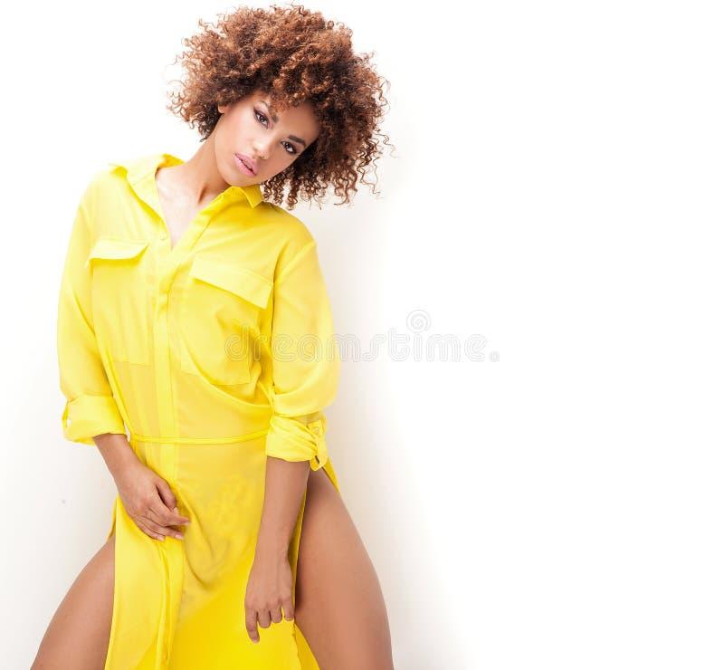 Menina com o afro no vestido amarelo foto de stock