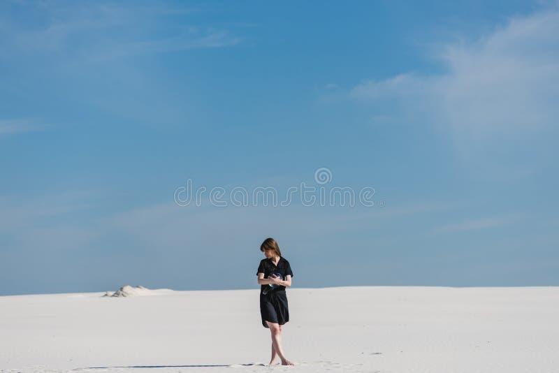 Menina com o aquário do comprimento completo do deserto imagens de stock