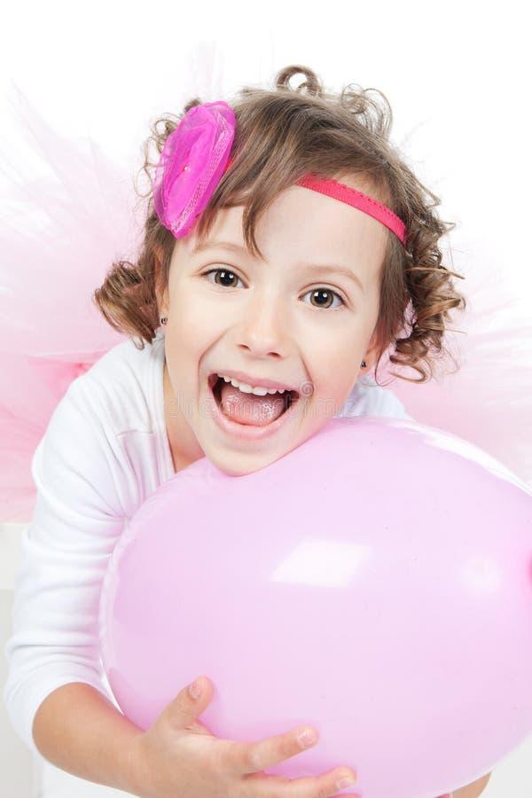 Menina com o balão cor-de-rosa no estúdio fotos de stock