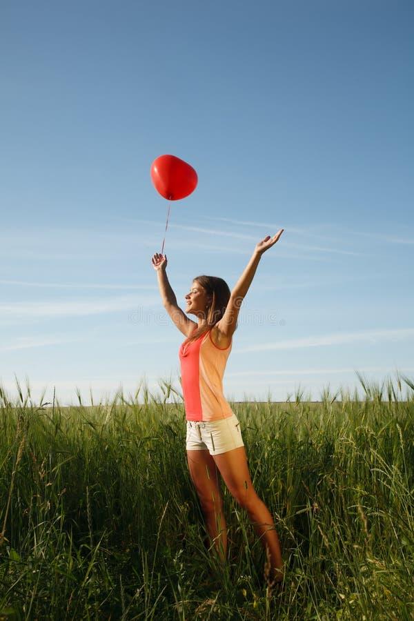 Menina com o balão vermelho imagens de stock royalty free