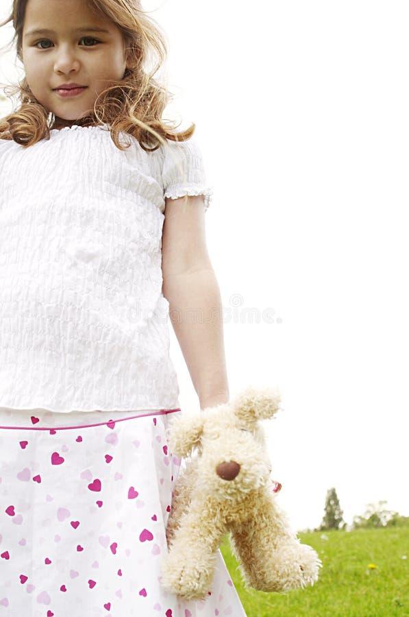 Menina com o brinquedo no parque. foto de stock royalty free