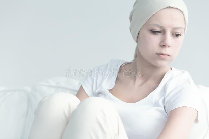 Menina com o câncer que olha afastado foto de stock