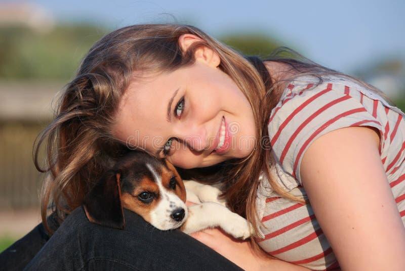 Menina com o cão de cachorrinho do animal de estimação fotografia de stock royalty free