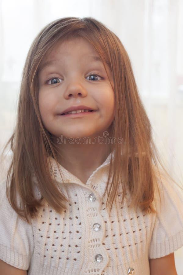 menina com o cabelo de fluxo longo que senta e que olha a câmera imagem de stock royalty free