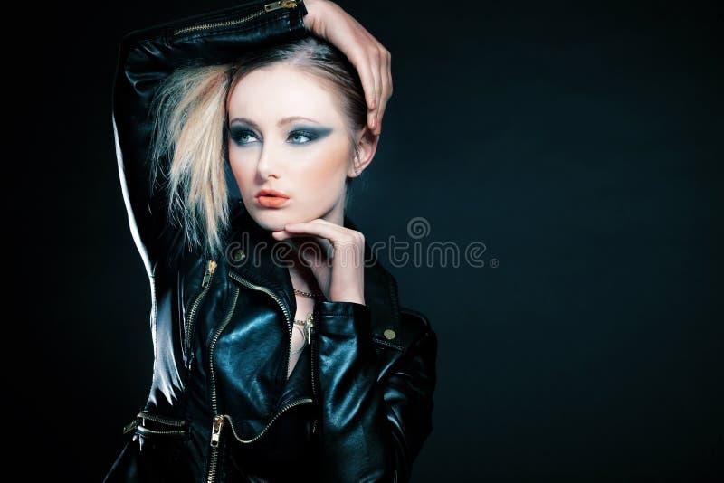 Menina com o cabelo louro que levanta no fundo preto. fotos de stock royalty free
