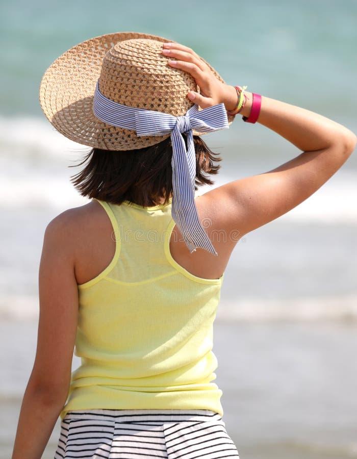 Menina com o chapéu de palha grande fotografia de stock