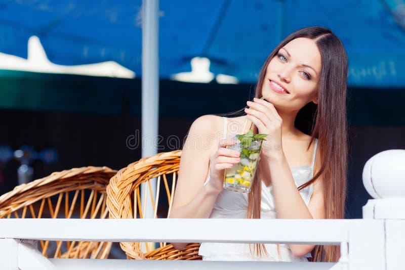 Menina com o cocktail no café fotos de stock royalty free