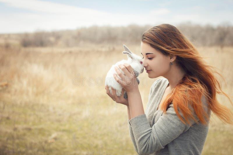 A menina com o coelho feliz fotografia de stock royalty free