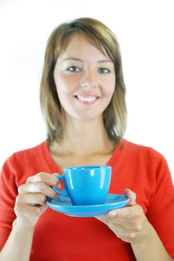 Menina com o copo azul do coffe foto de stock royalty free