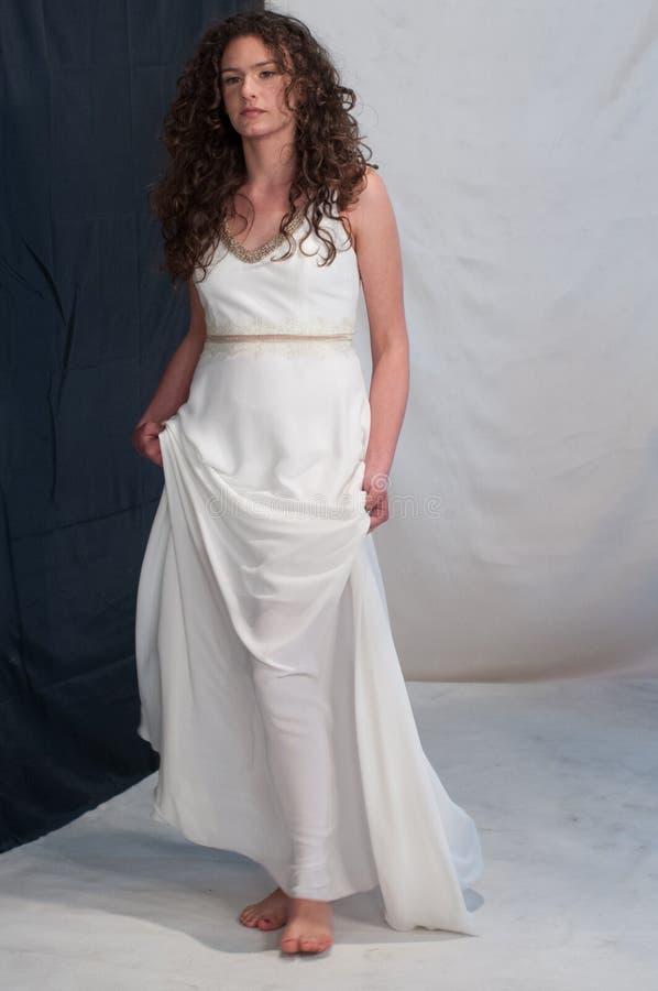 Menina com o equipamento romano grego branco do casamento da túnica elegante foto de stock royalty free