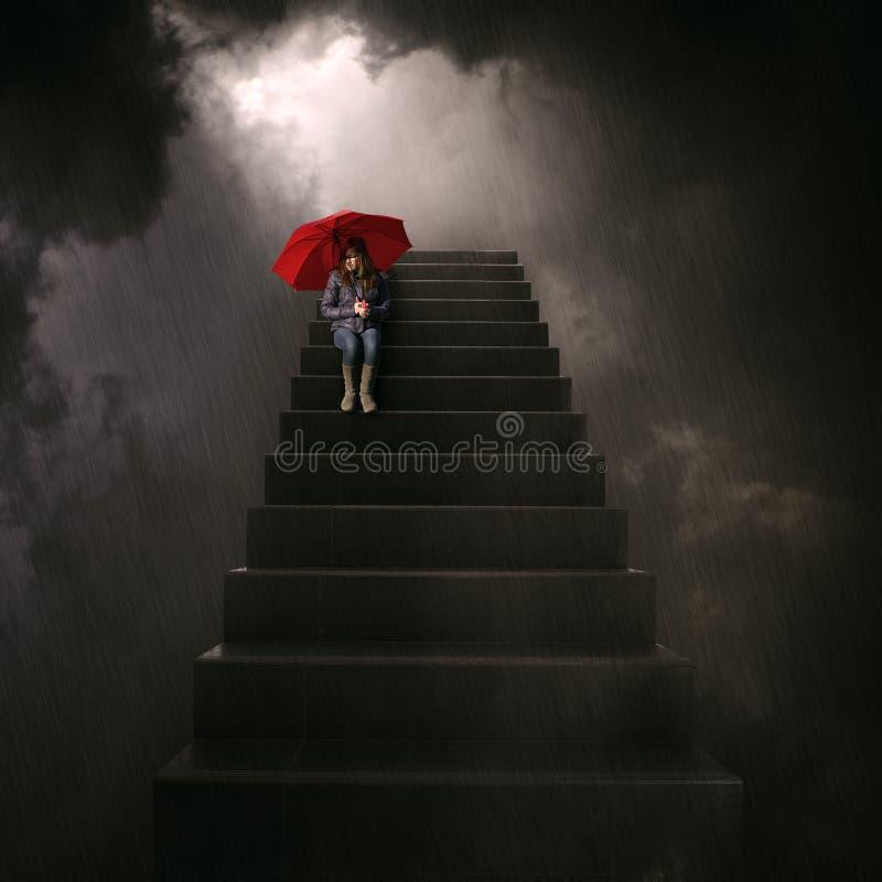 Menina com o guarda-chuva vermelho que senta-se na escadaria fotografia de stock