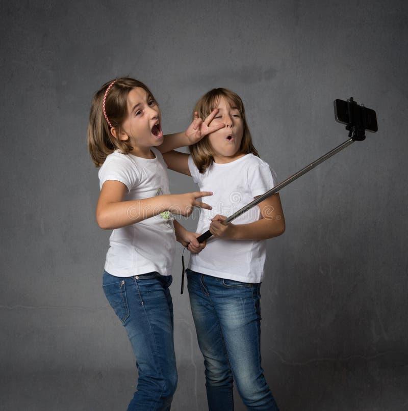 Menina com o katana pronto para atacar foto de stock royalty free