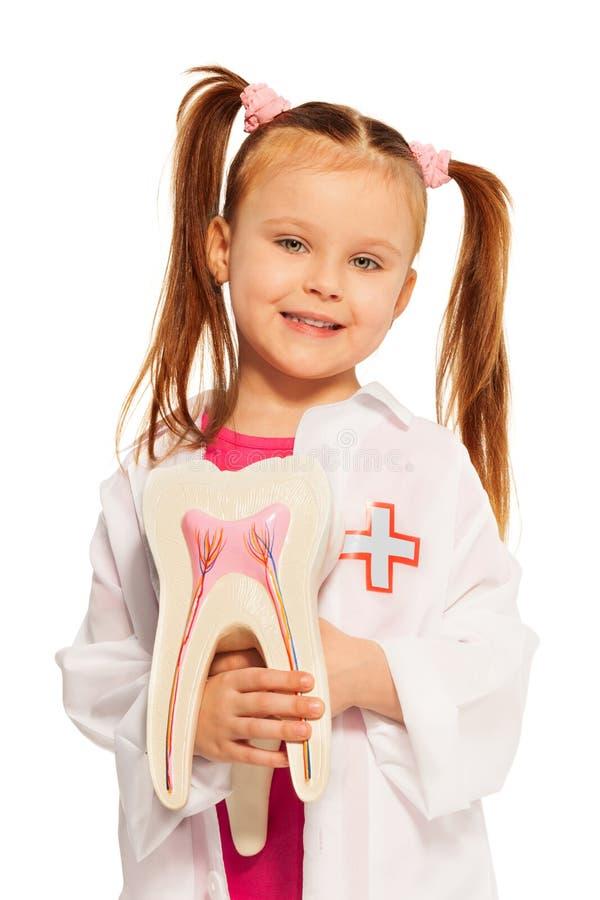 Menina com o manequim do dente que joga o dentista fotografia de stock royalty free