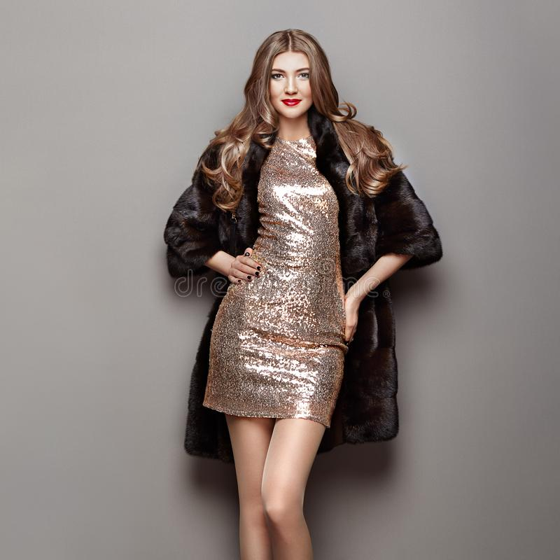 Menina com o penteado elegante que levanta em Gray Background  imagem de stock