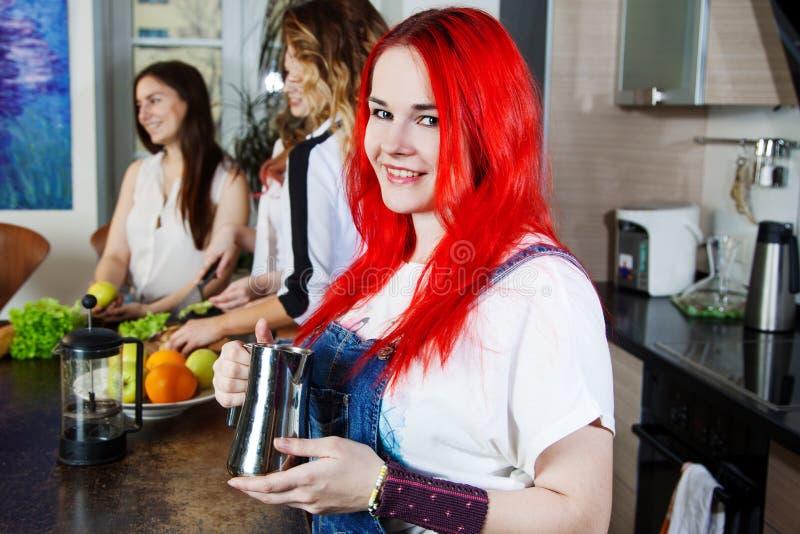 A menina com o potenciômetro do café, faz o café quer imagens de stock royalty free