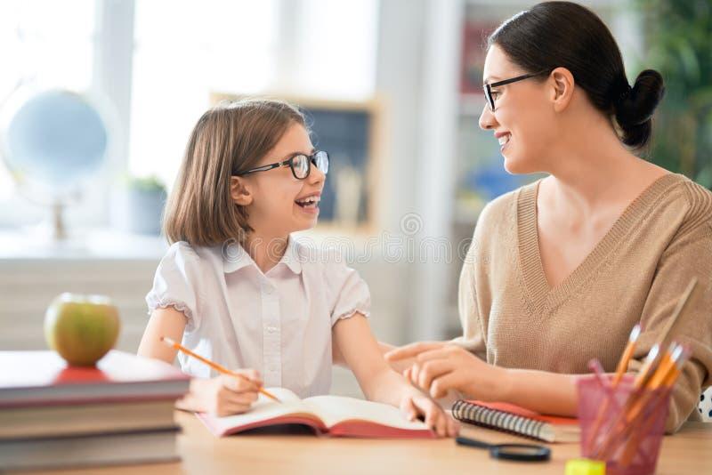 Menina com o professor na sala de aula fotografia de stock