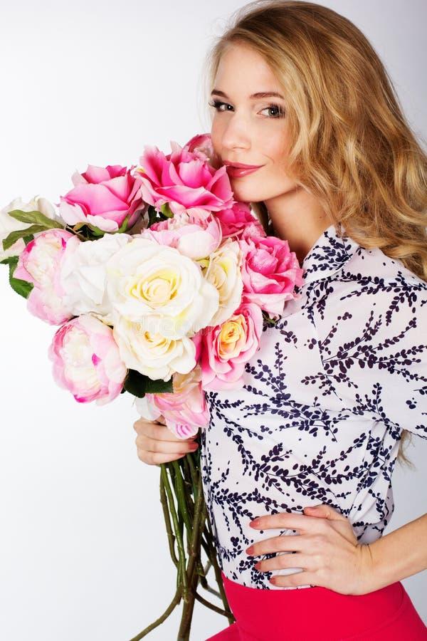 Menina com o ramalhete das rosas imagem de stock royalty free